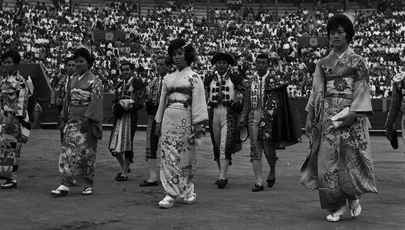 Previo a la presentación del torero japonés Ricardo Mitsuya Higa en la plaza de Acho, hubo un desfile. Año 1961. (Foto: GEC/ Archivo histórico)
