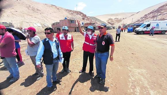 Funcionarios de Vivienda inspeccionan posibles terrenos donde serán reubicadas las familias damnificadas.