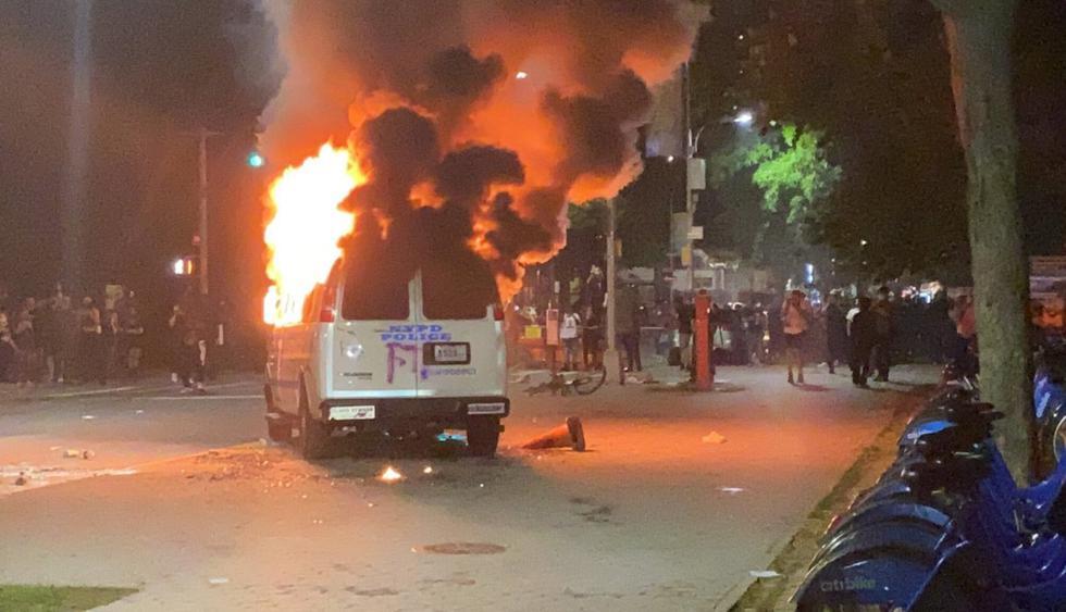 Camioneta del Departamento de Policía de la ciudad de Nueva York se incendia durante las protestas por la muerte de George Floyd en el distrito de Brooklyn. (Khadijah/AP).