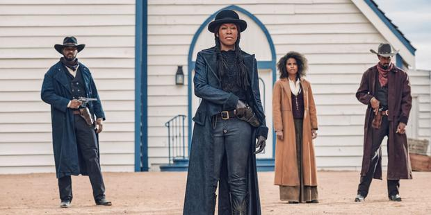 """Regina King (front) is one of the figures of the great cast of """"The harder will be the fall"""".  (Netflix)"""