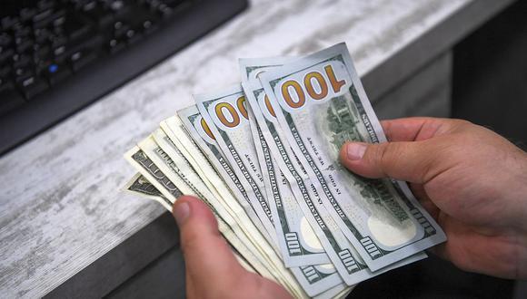 """Hoy el """"dólar blue"""" operaba estable a 151 pesos para la venta en el mercado informal de Argentina. (Foto: AFP)"""