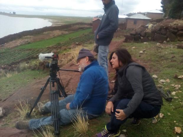 Delia Ackerman y Juan Durán supervisando imágenes en el Lago Titicaca, Puno. (Foto: Filfilms)