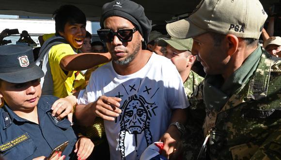 Ronaldinho fue detenido en Paraguay por usar documentación falsa. La fiscalía paraguaya está investigando el caso.