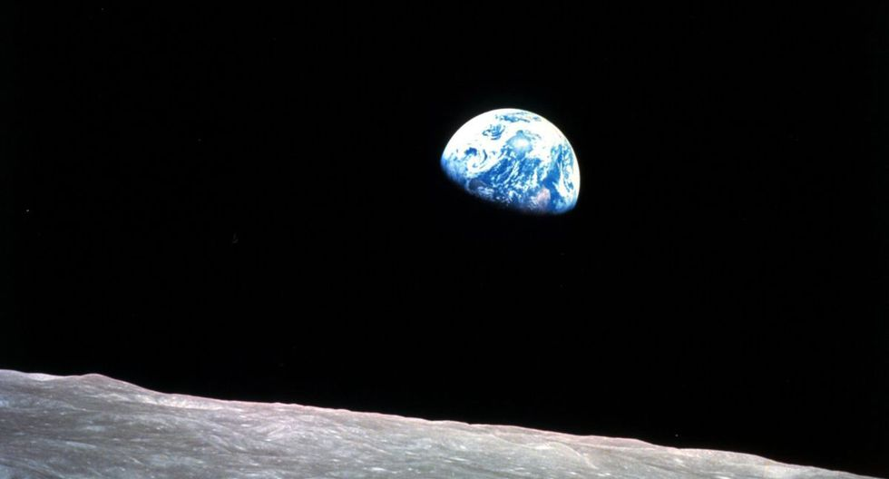 """""""Earthrise"""". Esta imagen tomada el 24 de diciembre de 1968 por la misión Apolo 8 muestra a la Tierra saliendo de la superficie de la Luna. Una copia de esta imagen fue enviada por el presidente Lyndon B. Johnson a todos los líderes mundiales. (Foto: William Anders/NASA via AP)"""