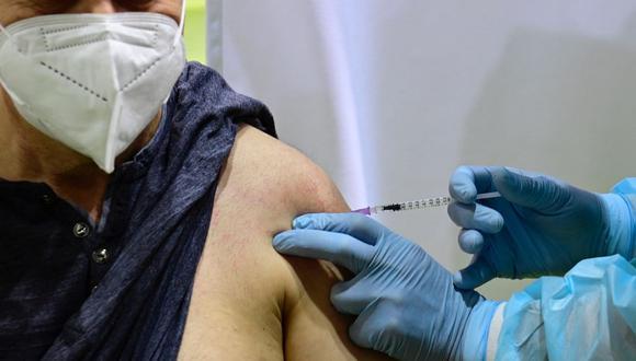 En esta foto de archivo tomada el 8 de marzo de 2021, un paciente recibe una vacuna de AstraZeneca contra el coronavirus en un nuevo centro de vacunación en el antiguo aeropuerto de Tempelhof en Berlín, Alemania. (Tobias Schwarz / AFP).