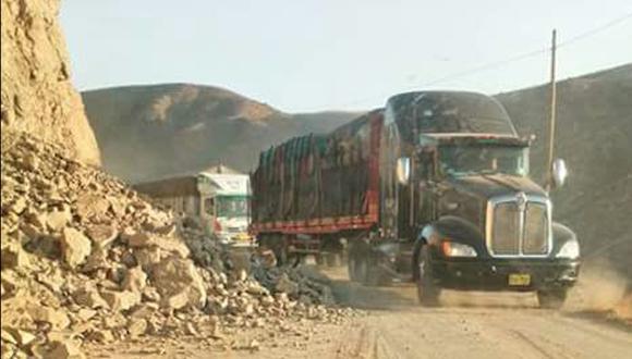 El deslizamiento de rocas ha afectado algunas vías de Arequipa. (Foto: WhatsApp El Comercio)