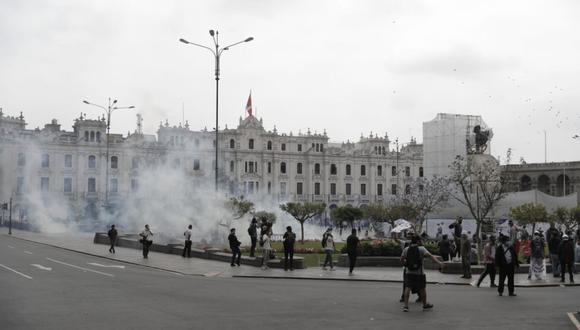 La Policía lanzó bombas lacrimógenas en la plaza San Martín. ( Foto: Alessandro Currarino / @photo.gec)
