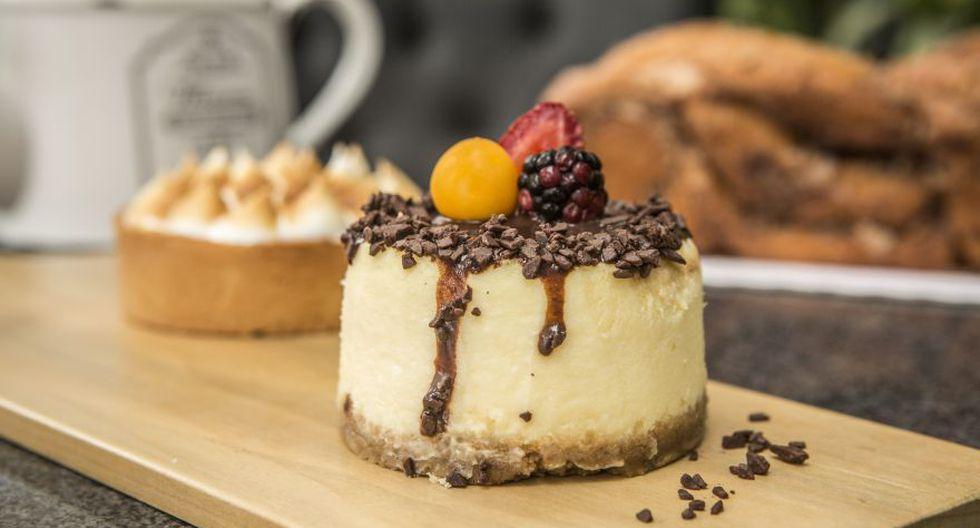 New York cheesecake de la casa, con generosas cantidades de queso crema. Viene con un trío de salsas (inglesa, berries y chocolate). (Foto: Heroína Estudio)