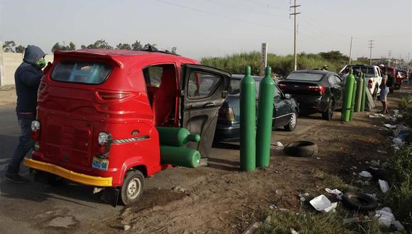 Coronavirus: Personas en sus vehículos hacen una larga fila para obtener oxígeno medicinal, el 20 de febrero de 2021 en Pisco, Perú. (EFE/ Paolo Aguilar).