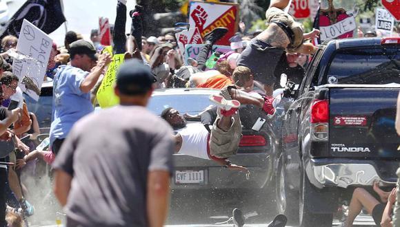 Manifestantes de ambos bandos gritaban insultos y consignas, lanzaban golpes y botellas de agua unos a otros el sábado por la mañana. (Foto: AP)