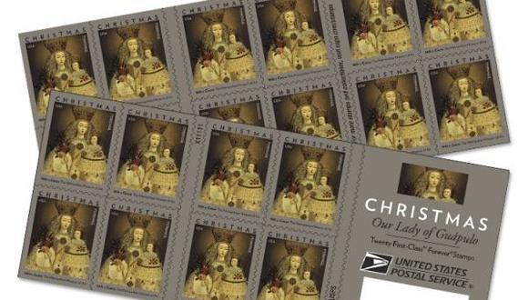 """El Servicio Postal de Estados Unidos (USPS) presentó una estampilla navideña con la imagen de la pintura """"Nuestra Señora de Guápulo"""", creada en el siglo XVIII por un artista desconocido en Cusco, Perú."""