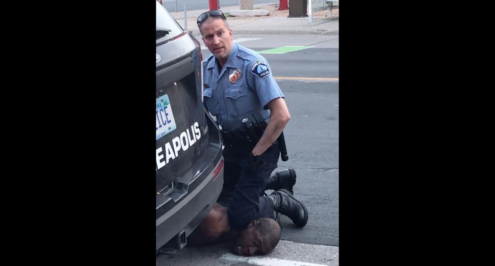 Un policía de Minneapolis, Minnesota, coloca su rodilla sobre el cuello de George Floyd durante su detención. El hombre murió. (AFP / Facebook/Darnella Frazier).
