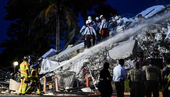 El personal de búsqueda y rescate trabaja en un edificio colapsado parcial en Surfside, Miami Beach. (Foto: AFP / CHANDAN KHANNA).