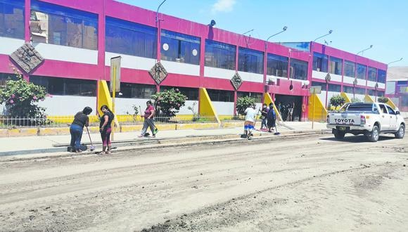 Los trabajos de limpieza se realizan a triple turno. Las autoridades estiman que entre hoy y mañana se reanudaran las actividades.