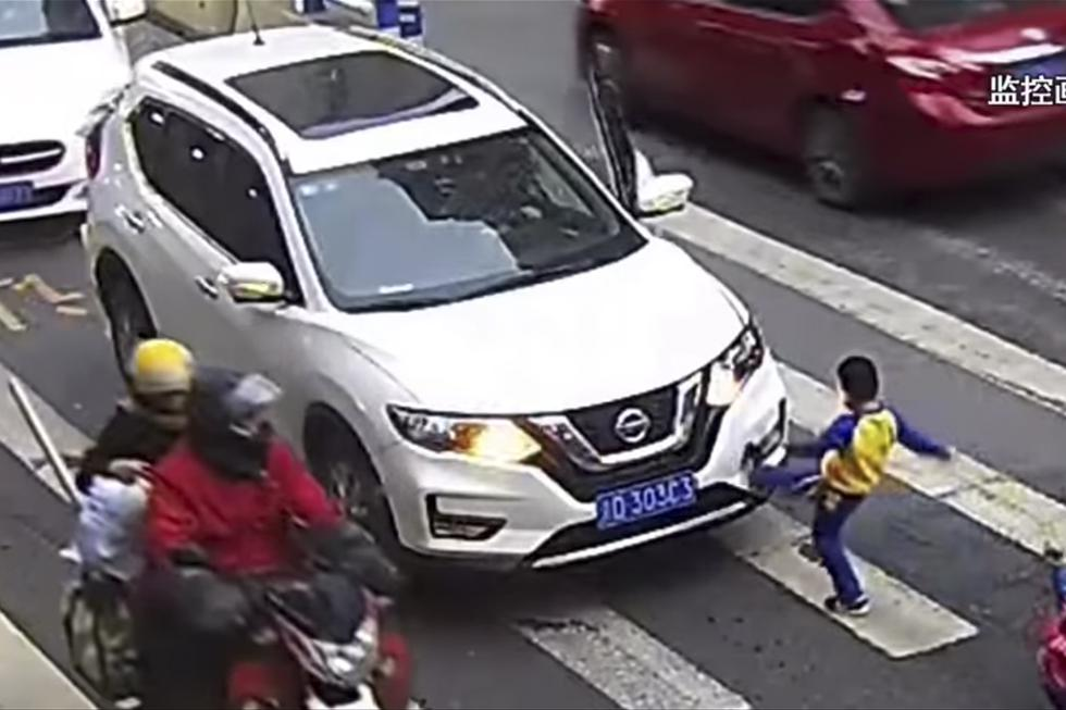 Momento en el que el niño se encara con el conductor. Las imágenes son viral en YouTube. (Newsflare)