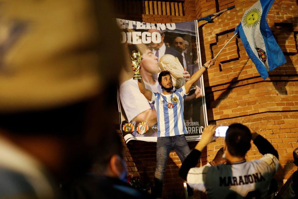 Los fanáticos rinden homenaje a Maradona. (REUTERS/Nacho Doce).