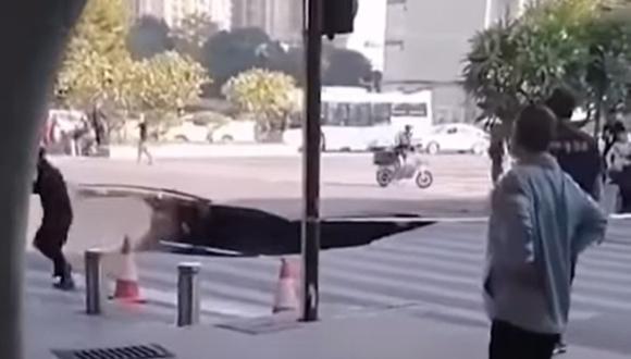 Un sumidero de 38 metros de profundidad se abrió en plena calle de China y dejó al menos tres personas atrapadas   Foto: Captura de video / YouTube / South China Morning Post