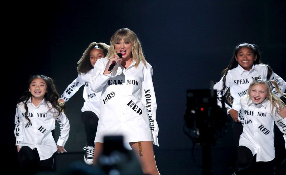 Taylor Swift fue la ganadora máxima de los American Music Awards y en escenario interpretó sus canciones más reconocidas, pero no las que estaban nombradas en su camisa blanca. Recorre la galería y entérate de más detalles. (Foto: AFP)