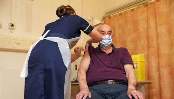Brian Pinker, de 82 años, recibe la vacuna contra el coronavirus Covid-19 de AstraZeneca y la Universidad de Oxford de la enfermera Sam Foster en el Hospital Churchill, en Reino Unido. (Steve Parsons / PA Wire / Bloomberg).