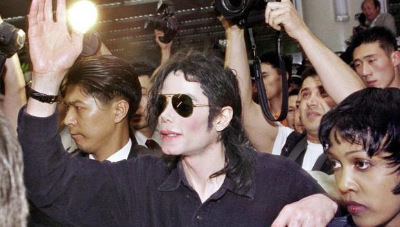 Michael Jackson presentó sus primeros cambios físicos cuando comenzó a triunfar como solista: una nariz más delgada y puntiaguda, y menos grasa en la zona de los pómulos. Luego cambió el color de su piel. (Foto: Agencia)