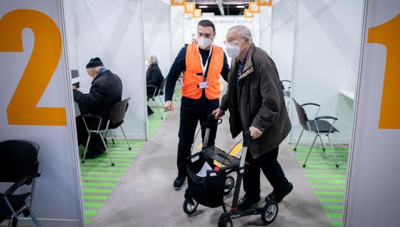Manfred Soeder llega para su vacunación con una vacuna Biontech / Pfizer contra Covid-19 en el segundo centro de vacunación de Berlín en el estadio de hielo Erika Hess, Berlín, Alemania. (Foto: EFE / EPA / KAY NIETFELD / POOL).