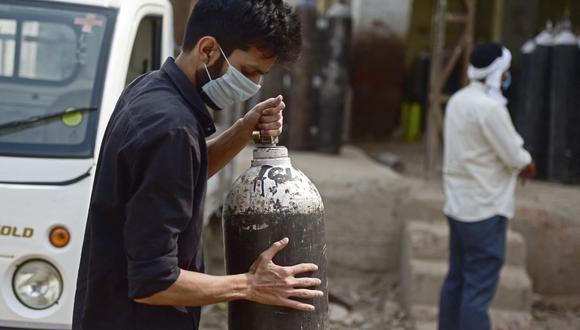 Un hombre espera para volver a llenar un cilindro de oxígeno médico para un miembro de la familia infectado con el coronavirus Covid-19 en Nueva Delhi, India. (Foto de Sanjay KANOJIA / AFP).