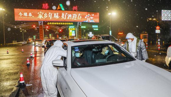 En la autopista instalaron un puesto de control para que personal sanitario registrara los coches y tome la temperatura de sus ocupantes. Los autos tenían que presentar un documento para poder pasar. (Foto: AFP)