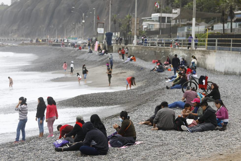 Cientos de personas aprovecharon que este domingo no hay restricciones de circulación en Lima para pasear por la Costa Verde. Vecinos de todas las edades disfrutaron de un día al aire libre pese al frío y practicaron deportes como ciclismo y surf. (Fotos: Eduardo Cavero /@photo.GEC.)