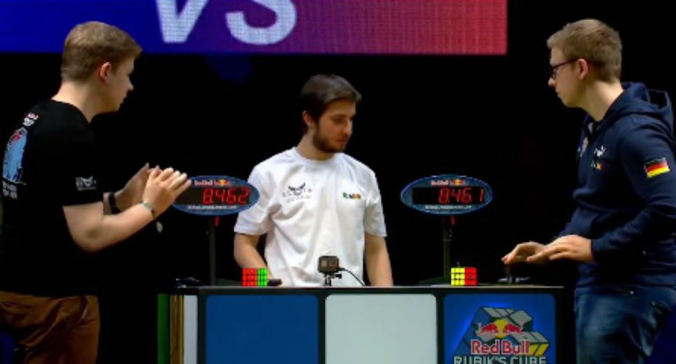 En el Campeonato Mundial de cubo Rubik, dos personas se enfrentan cara a cara para completar el cubo en el menor tiempo posible. (Foto: Captura)