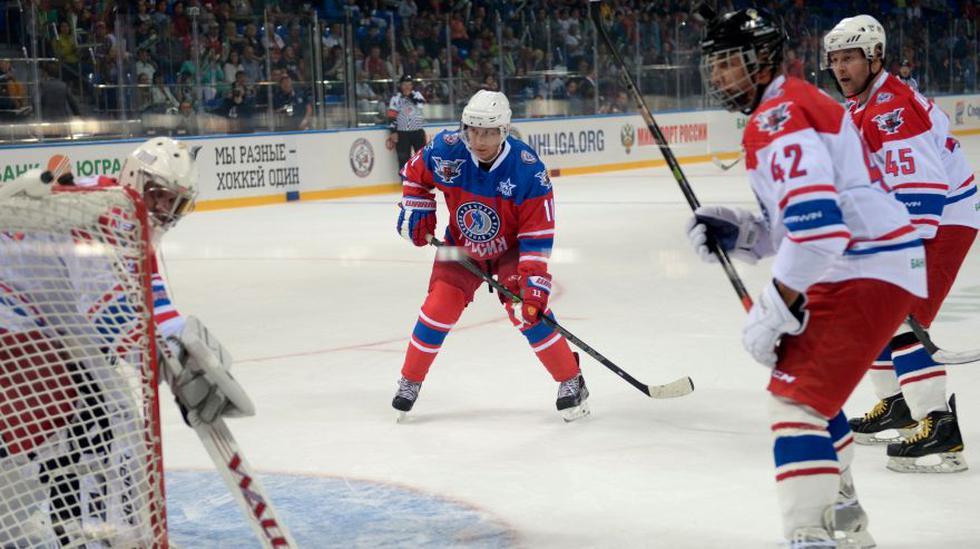 Vladimir Putin pasa su cumpleaños 63 jugando hockey sobre hielo - 4