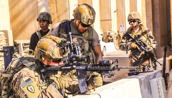 Soldados estadounidenses custodian la Embajada de su país en Irak. (Photo by - / US EMBASSY IN IRAQ / AFP).