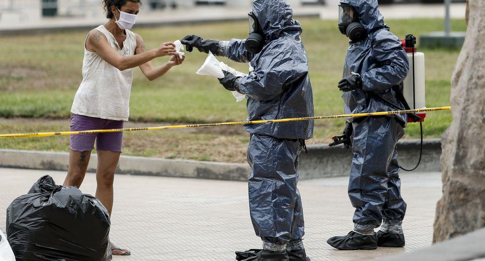 Dos agentes de la Unidad de Desactivación de Explosivos de la Policía Nacional trasladaron a la ciudadana canadiense. (Foto: Miguel Yovera)