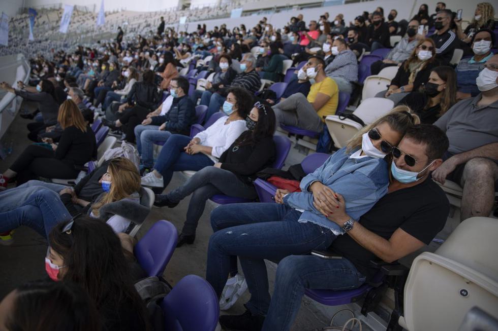Israel, donde más de la mitad de la población ha recibido como mínimo una primera dosis de la vacuna, empezó a salir de su tercer confinamiento de forma progresiva, a principios de febrero. Imagen de las personas en la tribuna de un estadio en Tel Aviv. (Texto: AFP / Foto: AP).