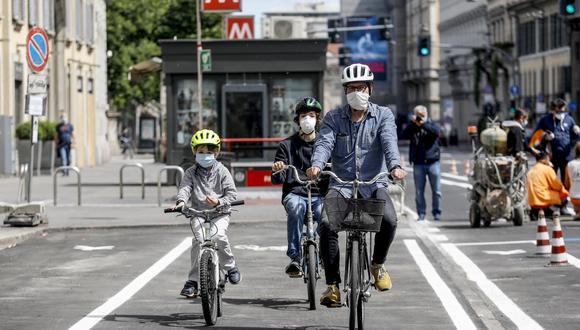Mirar el futuro. Incrementar la creación de ciclovías e incentivar un transporte saludable que evite aglomeraciones de personas será necesario para evitar contagios. En la foto, una familia maneja bicicleta en la calle Venezia, en Milán, Italia. (EFE / EPA / MOURAD BALTI TOUATI).