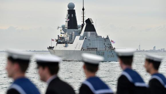 El HMS Defender se prepara para participar en un acto para honrar a los veteranos del Día D frente a la costa sur de Inglaterra, el 5 de junio de 2019. (Foto de Glyn KIRK / AFP).