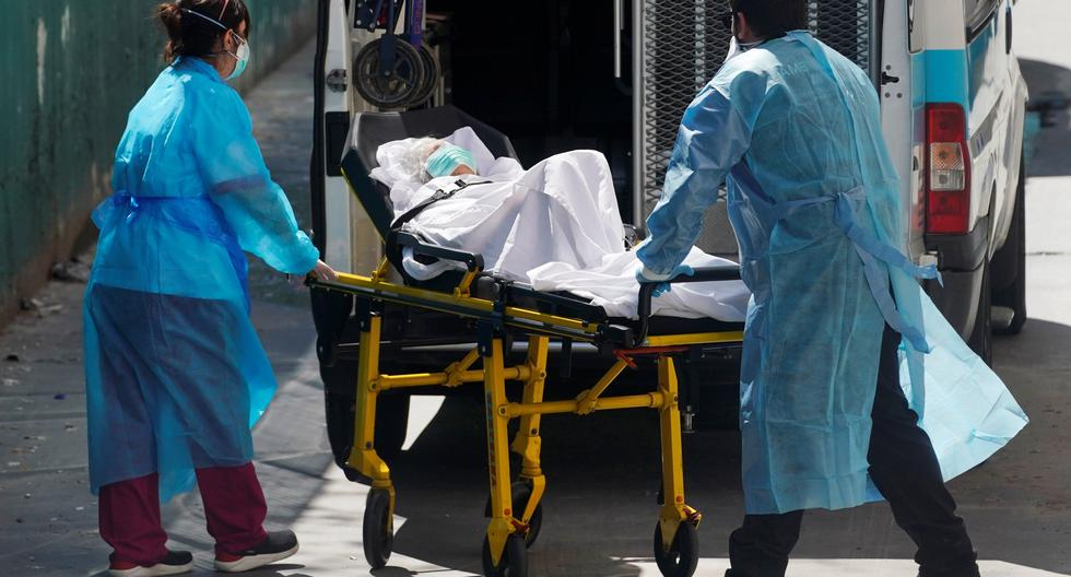 Imagen de archivo de dos paramédicos llevándose a un contagiado de coronavirus de un hogar de ancianos en Madrid. (Reuters / Juan Medina)
