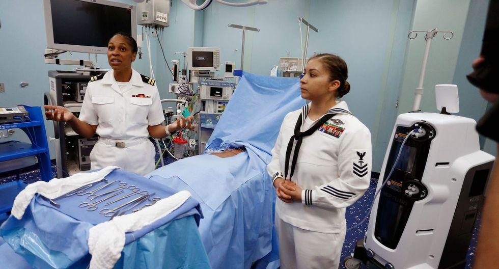 Oficiales muestran una de las salas de procedimientos dentro del buque de los EE.UU. en el Puerto de Miami. (Foto: AFP)