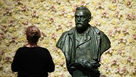 Foto de archivo tomada el 10 de diciembre de 2019. Un visitante se para frente a un busto del fundador del Premio Nobel, Alfred Nobel, antes de la ceremonia de los premios en la Sala de Conciertos de Estocolmo, Suecia. Foto: Jonathan NACKSTRAND / AFP