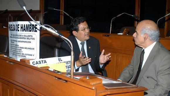 El 30 de marzo del 2006, el entonces congresista Gustavo Pacheco recibía la visita del coordinador parlamentario Carlos Paredes tras declararse en huelga de hambre. (Foto: César Cox / Archivo del Congreso de la República)