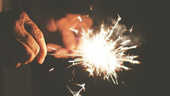 Es importante que los niños no manipulen fuegos artificiales, incluso las luces de bengala pueden producir daños serios. (Foto: Pixabay)