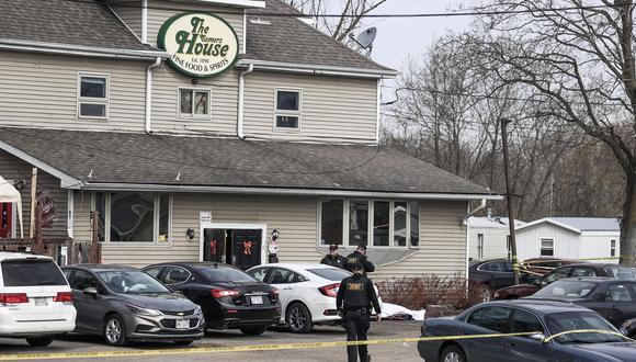 Policías se paran cerca del cuerpo de una víctima mientras investigan en el bar de Somers House, en Kenosha, Wisconsin, donde ocurrió un tiroteo en la madrugada. (EFE / EPA / TANNEN MAURY).