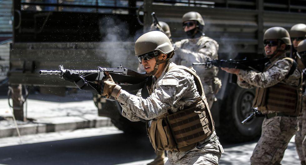Los soldados disparan contra manifestantes durante una protesta en Valparaíso, Chile. (AFP / JAVIER TORRES).