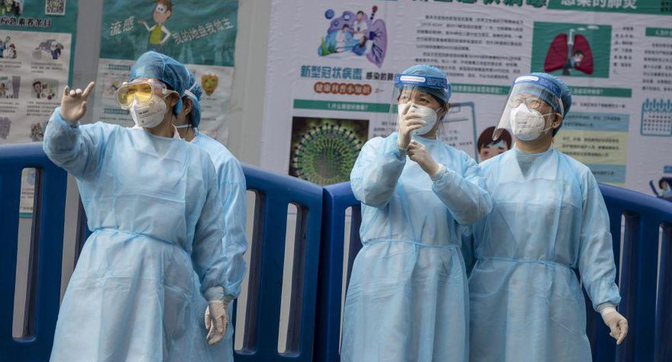 Personal médico en la estación de tren principal de Guangzhou con máscaras protectoras para la protección de Covid-19 en Guangzhou, China. (Foto: EFE).