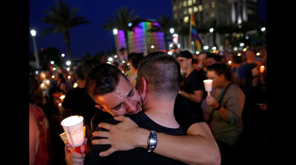 Velas, lágrimas y canto en la vigilia por víctimas de Orlando - 1
