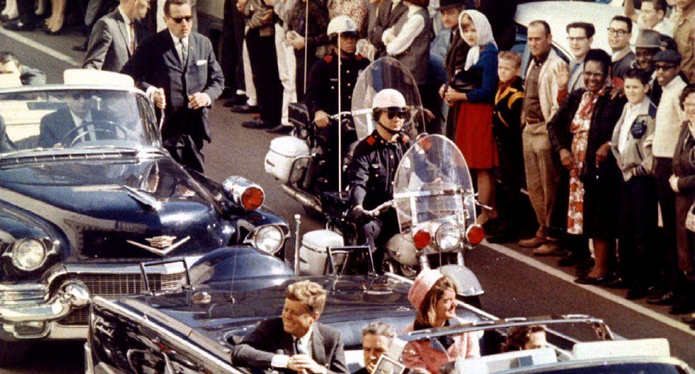 Instantes previos a los disparos mortales, el presidente John F. Kennedy se desplaza en auto descubierto, junto a su esposa, por las calles de Dallas.