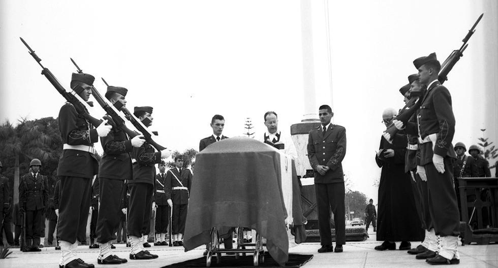 Lima, 21 de setiembre de 1961. Traslado de los restos del héroe capitán FAP José Abelardo Quiñones al mausoleo de Las Palmas.  (Foto: GEC Archivo Histórico)