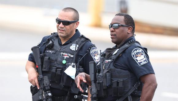 La policía trabaja en el lugar de un tiroteo en la estación de autobuses de Metro fuera del Pentágono en Arlington, Virginia, Estados Unidos. (EFE / EPA / JIM LO SCALZO).