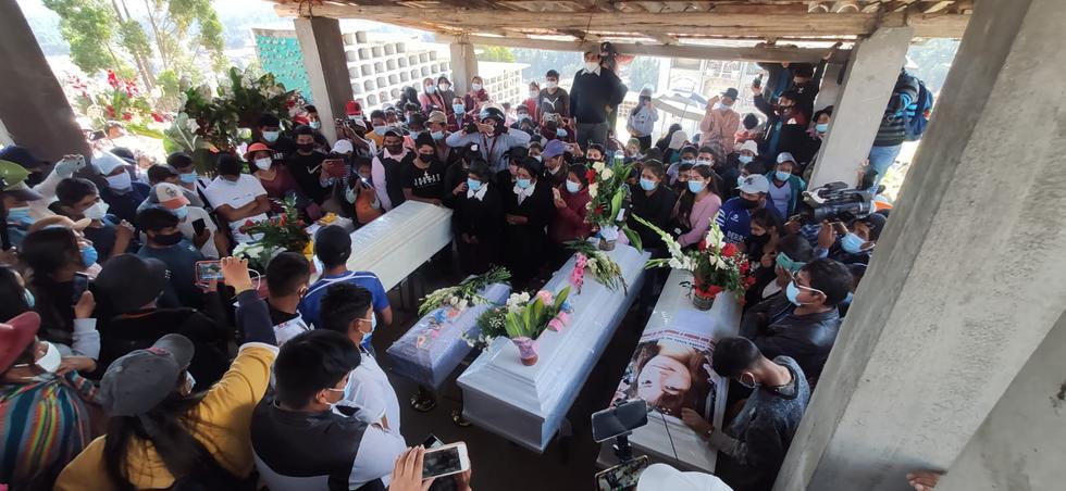 Alejandra Ccahuana (67) recibió hoy en Huancayo, Junín, los ataúdes de sus hijas Marcelina Ochoa Ccahuana (38), Carmen Rosa Ochoa (28) y Diane Ochoa (24) y de sus nietas Anyeli (1), hija de Carmen y Luana (4), hija de Diane. Ellas fueron asesinadas el último domingo por una columna del Militarizado Partido Comunista del Perú -conformado por remanentes de Sendero Luminoso en alianza con el narcotráfico- en el centro poblado de San Miguel del Ene, en la provincia de Satipo, en Junín. (Foto: Caleb Mendoza / GEC)