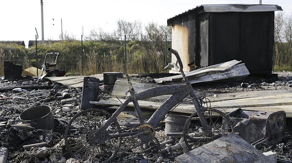 Francia: Evacúan campo de refugiados tras voraz incendio - 10
