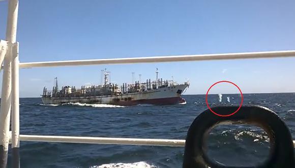 Armada de Argentina disparando a la proa del Hua Li 8. Foto: Armada de Argentina.